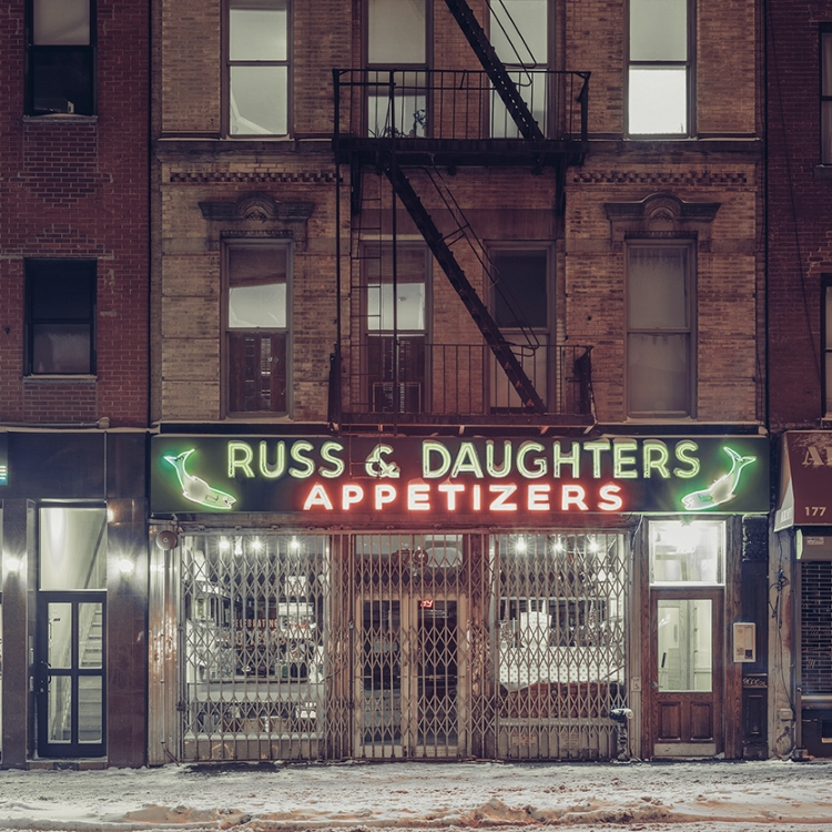 © Light On New City by Franck Bohbot, to be published by teNeues and YellowKorner in August 2016, € 49,90 - www.teneues.com, www.yellowkorner.com. Russ & Daughters, Lower East Side, Manhattan, 2015, Photo © 2016 Franck Bohbot/INSTITUTE. All rights reserved. www.instituteartist.com