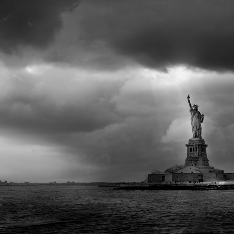 © New York by Serge Ramelli, SMALL FORMAT EDITION, published by teNeues, € 19,90, www.teneues.com. THE STATUE AND THE STORM, © 2015 YellowKorner Editions, Photo © Serge Ramelli. All rights reserved.
