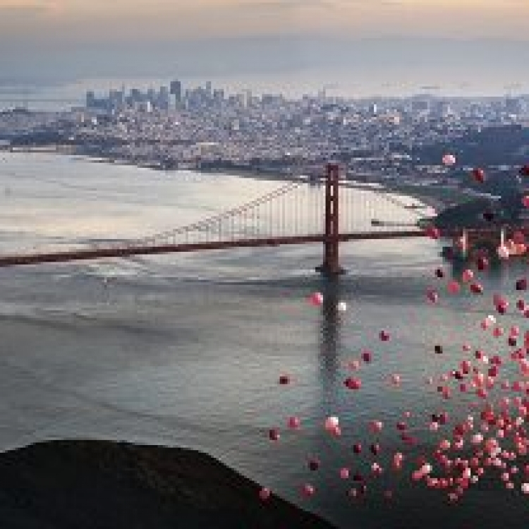 © Dreamscapes by David Drebin, published by teNeues, www.teneues.com. BALLONS OVER SAN FRANCISCO, 2016, Photo © 2016 David Drebin. All rights reserved. www.daviddrebin.com