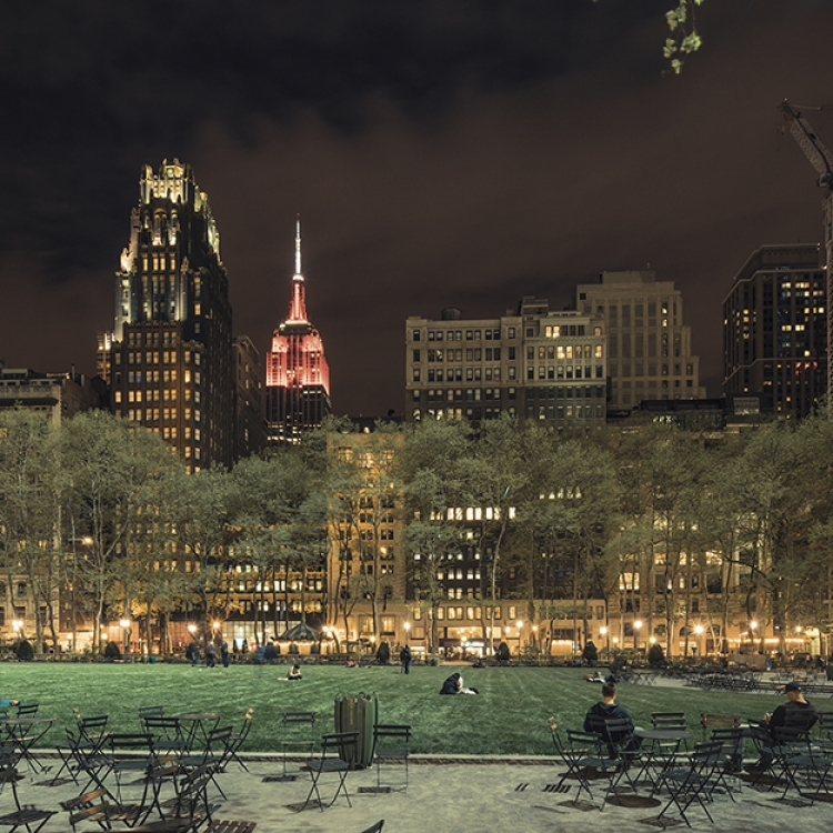 © Light On New City by Franck Bohbot, to be published by teNeues and YellowKorner in August 2016, € 49,90 - www.teneues.com, www.yellowkorner.com. Bryant Park, Midtown, Manhattan, 2014, Photo © 2016 Franck Bohbot/INSTITUTE. All rights reserved. www.instituteartist.com