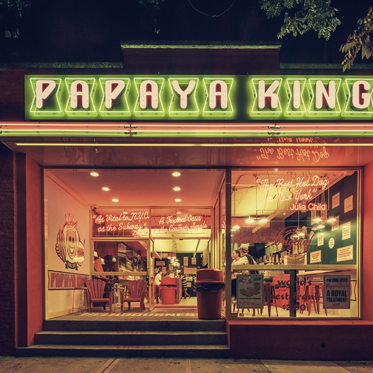 © Light On New City by Franck Bohbot, to be published by teNeues and YellowKorner in August 2016, € 49,90 - www.teneues.com, www.yellowkorner.com. Papaya King, East Village, Manhattan, 2013, Photo © 2016 Franck Bohbot/INSTITUTE. All rights reserved. www.instituteartist.com