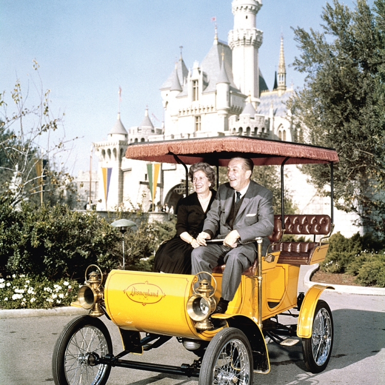 © Zeitreisen - Legendäre Orte, Routen und Momente, erscheint im April 2017 bei teNeues, € 49,90, www.teneues.com. Seit 1955 gibt es das Disneyland im kalifornischen Anaheim. Walt und Lillian Disney steuern ein altertümliches Auto durch den Vergnügungspark, 1966, Photo © Bettmann Archive/Getty Images. Usage on conditions above till February 23, 2020, afterwards to be requested at Getty, image fee will be invoiced directly from them.