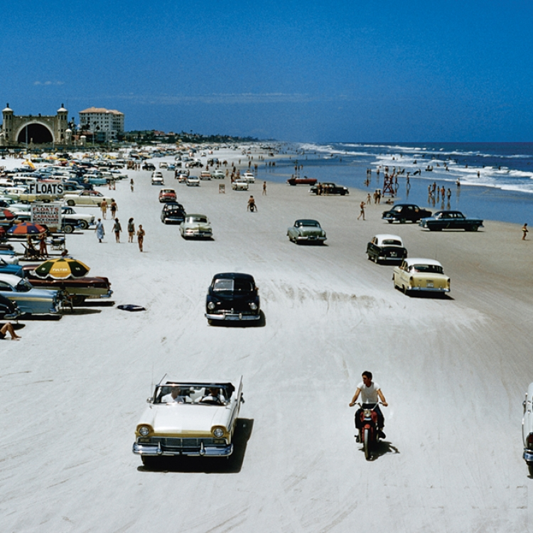 © Zeitreisen - Legendäre Orte, Routen und Momente, erscheint im April 2017 bei teNeues, € 49,90, www.teneues.com. Viel Verkehr in Daytona Beach, Florida, 1957, Photo © J. Baylor Roberts/National Geographic/Getty Images. Usage on conditions above till February 23, 2020, afterwards to be requested at Getty, image fee will be invoiced directly from them.