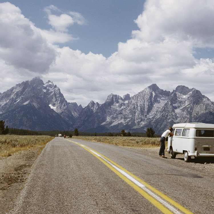 © Zeitreisen - Legendäre Orte, Routen und Momente, erscheint im April 2017 bei teNeues, € 49,90, www.teneues.com. Mit dem VW-Bulli auf dem Weg zur Teton-Range-Bergkette in den Rocky Mountains, Wyoming, 1965, Photo © Archive Photos/Getty Images. Usage on conditions above till February 23, 2020, afterwards to be requested at Getty, image fee will be invoiced directly from them.