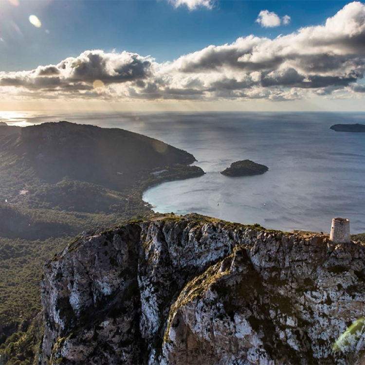 Auf Piratenwache am Gebirgsrücken: der Wachturm Talaia d'Albercutx bei Formentor, Photo © 2017 Michael Poliza. All rights reserved. www.michaelpoliza.com/travel