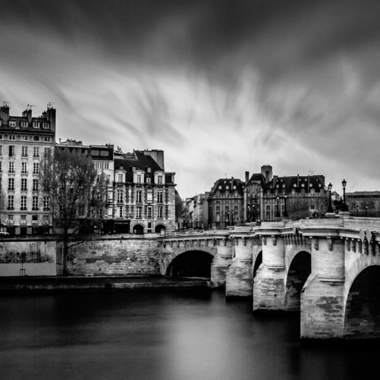 © Paris by Serge Ramelli, SMALL FORMAT EDITION, published by teNeues, € 29,90, www.teneues.com. PONT NEUF, ÎLE DE LA CITÉ, Photo © 2016 Serge Ramelli and YellowKorner. All rights reserved.