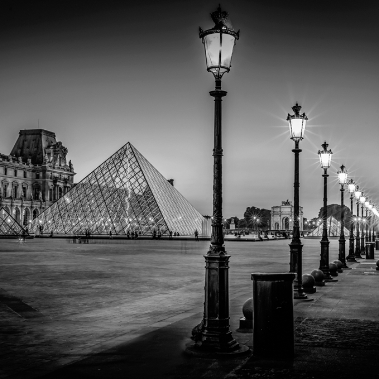 © Paris by Serge Ramelli, SMALL FORMAT EDITION, published by teNeues, € 29,90, www.teneues.com. THE LOUVRE AT NIGHT, Photo © 2016 Serge Ramelli and YellowKorner. All rights reserved.