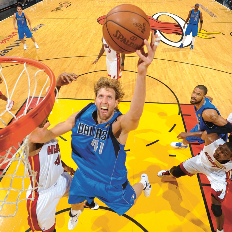 © Dirk Nowitzki - Vom Wunderkind zum Weltstar, herausgegeben von Dino Reisner, erschienen bei teNeues, www.teneues.com, AUF MEISTERKURS, Photo © Andrew D. Bernstein/Getty Images.