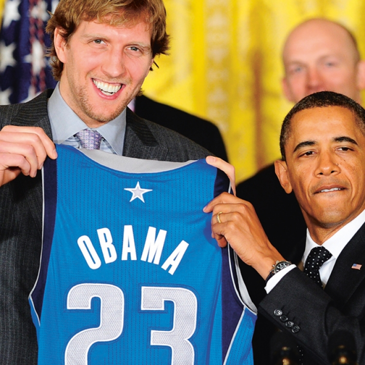 © Dirk Nowitzki - Vom Wunderkind zum Weltstar, herausgegeben von Dino Reisner, erschienen bei teNeues, www.teneues.com, Mit US-Präsident Barack Obama, Photo © JEWEL SAMAD/Getty Images.