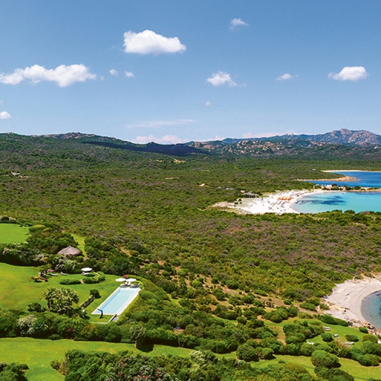 © Best Places to Rent on the Planet, to be published by teNeues in September 2018, € 80, www.teneues.com. Villa Ada, Costa Smeralda, Sardinia, Italy, Photo © Anthony & Jeanette Handler