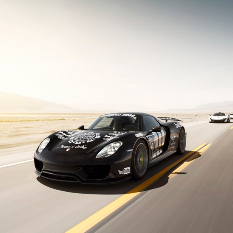 Porsche 918 thru Death Valley, Photo © Oskar Bakke