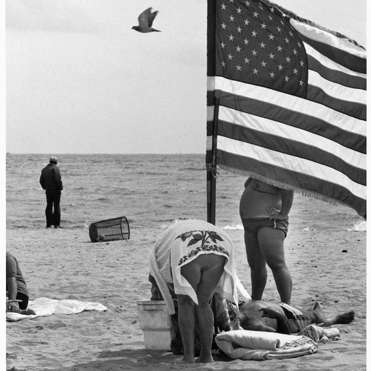 © Elliott Erwitt Personal Best, published by teNeues, www.teneues.com. Coney Island, New York, 1975, Photo © 2018 Elliott Erwitt/Magnum Photos. All rights reserved.