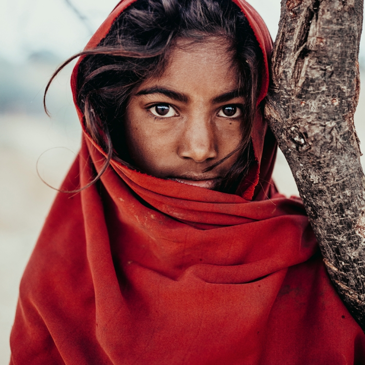 Brief encounter with a shepherds' daughter in the outskirts of Pushkar, India, Rajasthan - Pushkar, Photo © 2019 Pie Aerts. All rights reserved.