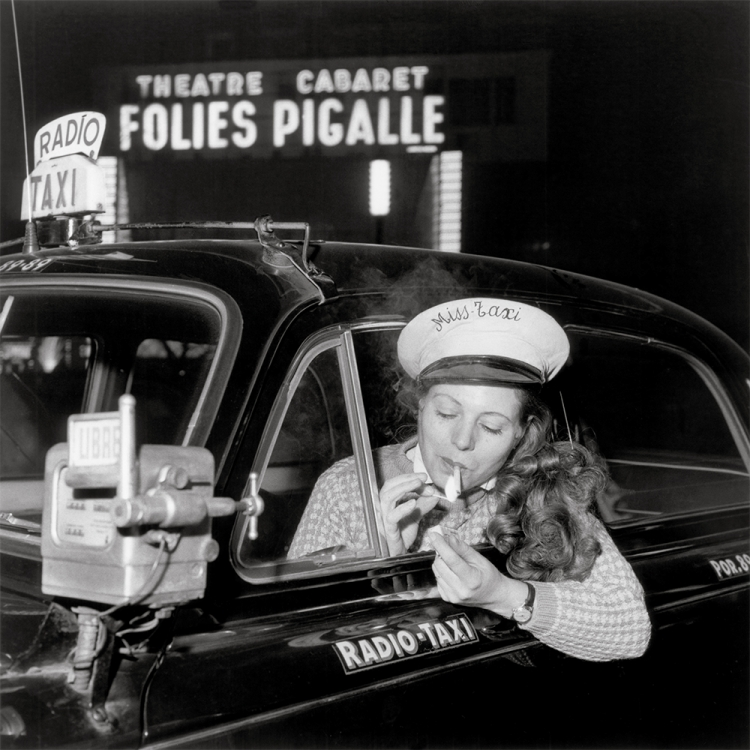 Taxi driver, Place Pigalle, 1958 Photo © Paul Almasy / akg-images